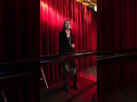 Sm-Karaoke starat osakilpailun 2018 Oman sarjansa voittaja Outi Lentz