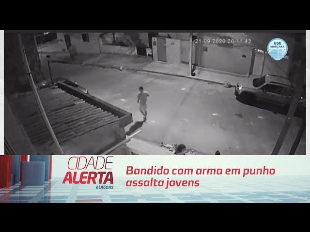 Bandido com arma em punho assalta jovens em calçada na Ponta da Terra