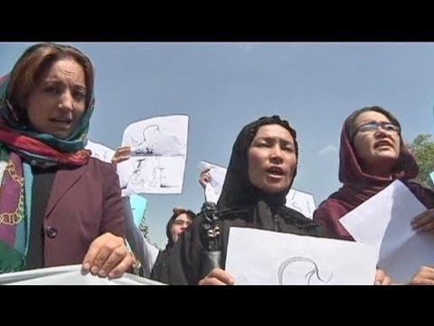 Kabilde kadınlar sokaklara döküldü - YouTube