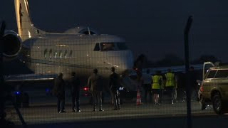 obama-family-lands-at-avignon-airport-for-holiday-afp