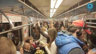 На ''оранжевой'' ветке метро появились бесплатный wi-fi и мобильная библиотека