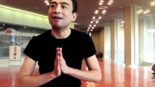 新しいダンスを唱える体奏家・新井英夫の即興パーフォーマンス。2010年1...