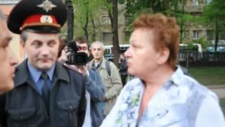 Полицейский смеётся над врущей бабкой по вызову