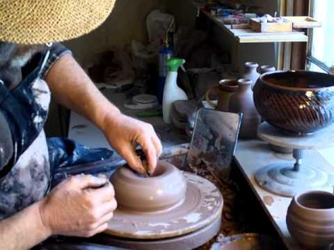 SIMON LEACH POTTERY - Throwing a 4lb round bowl on a Leach treadle wheel !