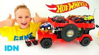 Vlad dan Nikita bermain dengan Hot Wheels Monster Trucks