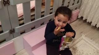 Babasının Cipsini Aldı Kaçtı. Ayşe Ebrar Yaramazlık Peşinde! Çocuk Videosu.