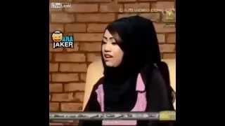 Şarkı söylemeye çalışan Arap kadın