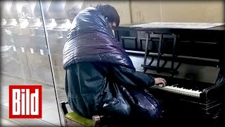 Obdachloser spielt Beethoven auf dem Klavier im Bahnhof von Newcastle (Ryan / Mondschein / homeless)