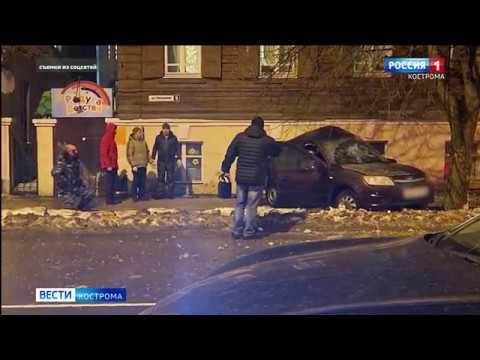 """В центре Костромы """"Лада"""" влетела в дерево, три человека пострадали"""