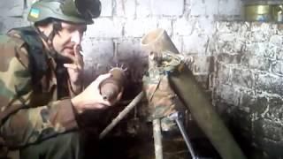 боец ВСУ стреляет из миномёта PW-120i, Русски окупанты в ужасе бегут