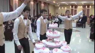 Вот как выносят торт на свадьбе крымских татар!(Вот как выносят торт на свадьбе крымских татар! Свадьба это самое замечательное событие, каждая мелочь..., 2014-09-02T07:19:28.000Z)