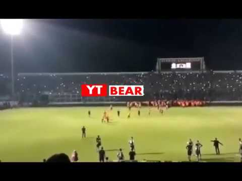 Detik Detik Aremania Masuk Ke Lapangan Saat Laga Arema FC vs Persib Bandung