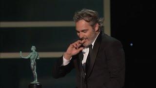 Joaquin Phoenix thanks Heath I'm standing here on the shoulders of my favorit actor Heath Ledger SAG