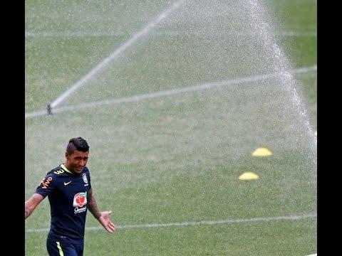 Paulinho faz golaço em treino da seleção na Arena Corinthians