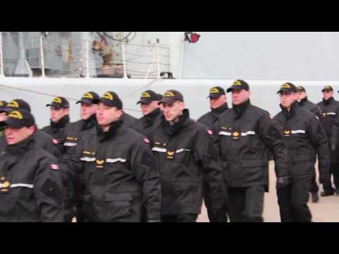 HMCS Athabaskan marche off