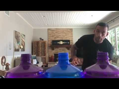 Фабрисиу Вердум открыл сразу три бутылки ударом ногой. #BottleCapChallenge