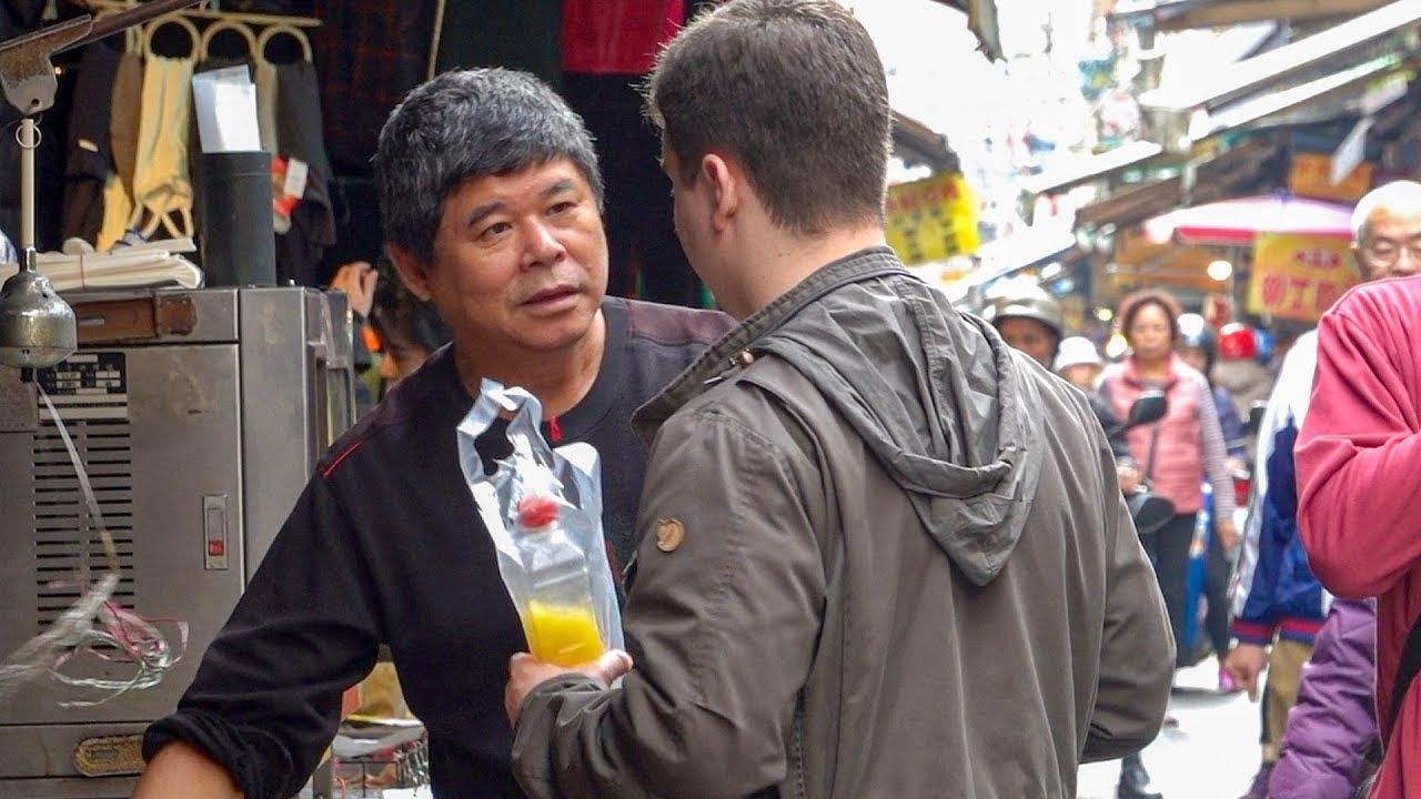 Un despistado turista americano revela perfecto chino, deja atónitos a los locales