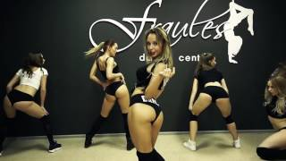 Красивые девушки танцуют Тверк   Beautiful dancing girl Tverk