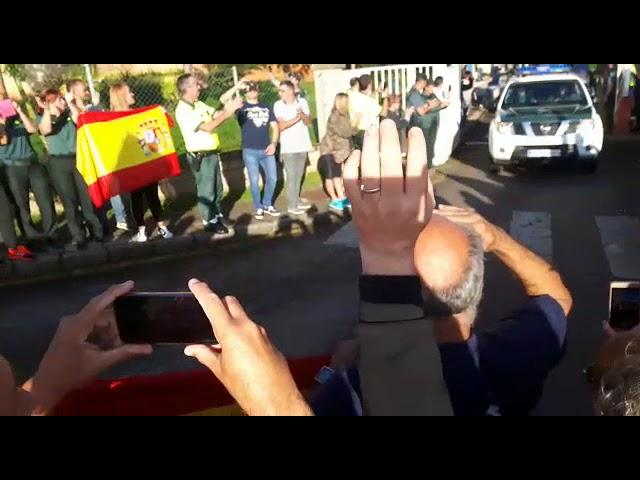 Despedida entre aplausos y banderas de los agentes de la Guardia Civil que marchan a Cataluña (2)