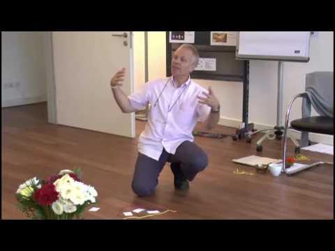 Jürgen erklärt Modell am Boden