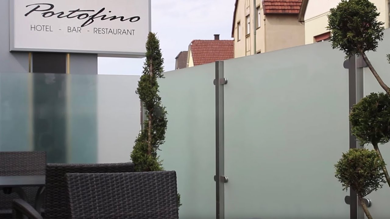 windschutz und sichtschutz aus glas f r die terrasse youtube. Black Bedroom Furniture Sets. Home Design Ideas