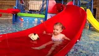 Аквапарк для Детей | Купаемся с Игрушкой | Baby Playing in Water Park for Kids