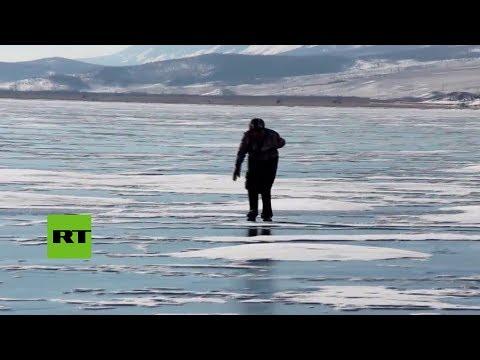 Una abuela pasea a diario por el hielo en patines caseros