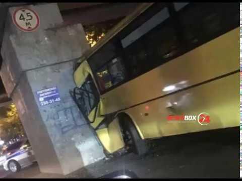 Во Владивостоке пассажирский автобус протаранил опору железнодорожного моста