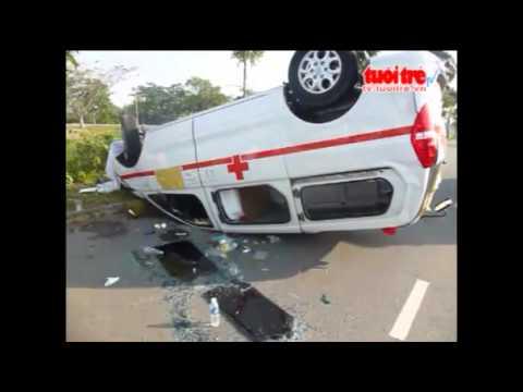 wwww.KenhVideo.com -  Tông vào gốc cây, xe cấp cứu gặp nạn