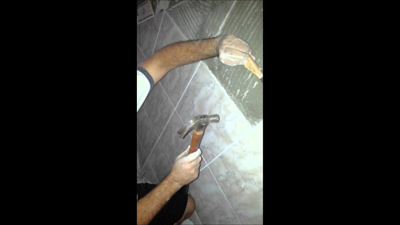 Como sacar azulejos sin romper youtube for Como quitar el sarro del piso del bano