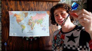 Viajo al país a donde el dardo caiga en un mapa
