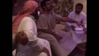 """شيخ يقرأ القرآن على شاب مسحور وفجأة ينطق الجن فيهرب الشيخ من المكان """"فيديو""""   وطن"""