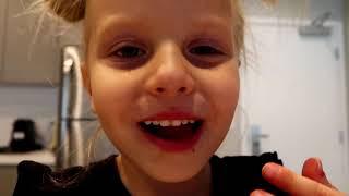 Alicia y papá juegan cambios de apariencia mágicos con maquillaje y dulces