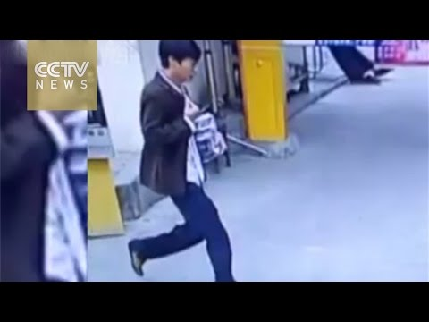 Footage: Theft from food delivery man enrages Chinese netizens