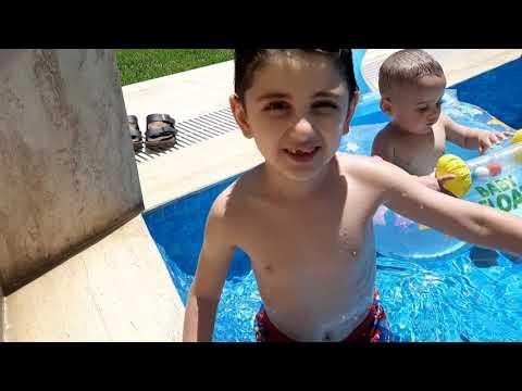 Efe ile emir havuzdan çıkmak istemedi. Beraber su oyunları oynadılar.