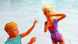 Кен делает предложение Барби в аквапарке. Видео для девочек.