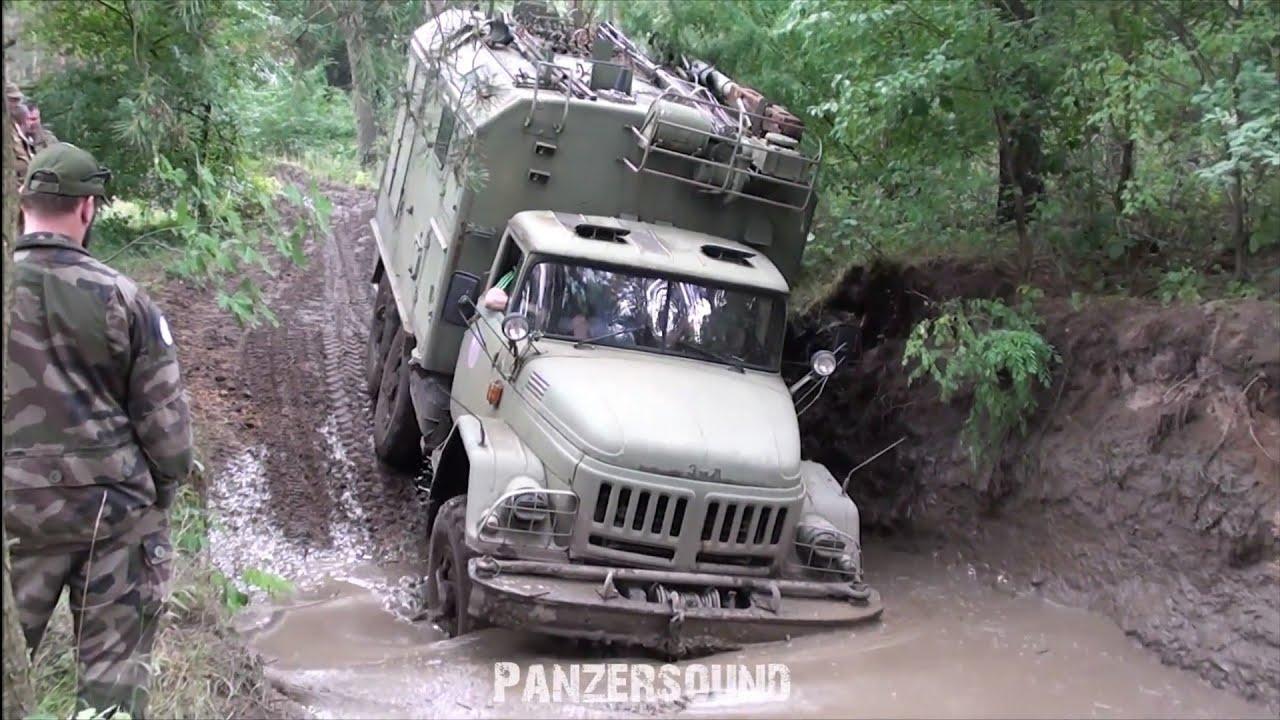 Прикарпатські рятувальники витягували вантажівку, яка застрягла у гірській річці