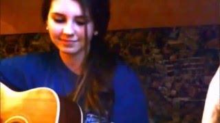 Девушка очень красиво поет под гитару Нарисую мелом напишу