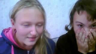 Две девочки смотрят фильм ужасов.