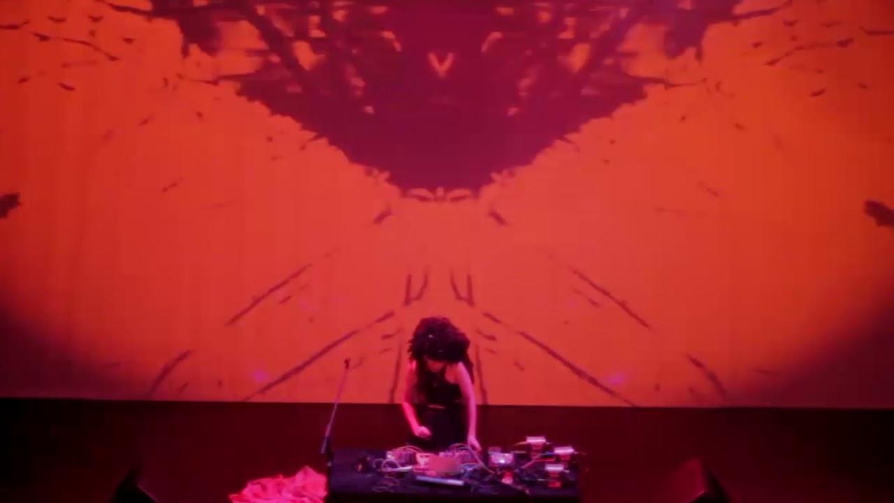 Kiki Hitomi Jahtari En La Terraza Magnética De La Casa