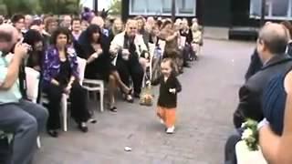 Смешная маленькая девочка на свадьбе