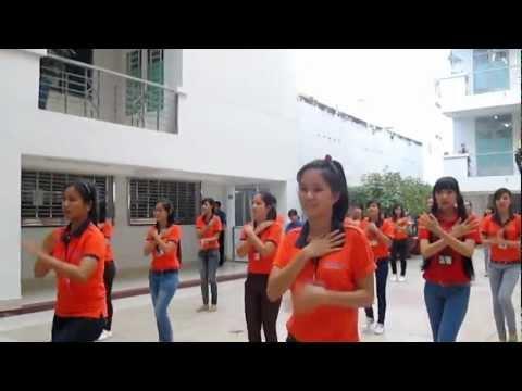 Thí sinh Miss HUTECH 2012 nhảy flashmob Trống cơm
