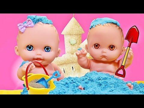 Куклы Пупсики гуляют играют и лепят Цветной Кинетический песок с формочками. Игрушки. Зырики ТВ