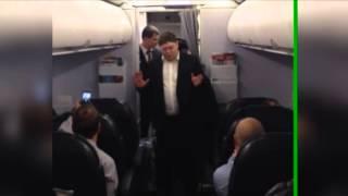 Андрей Исаев покидает самолет под аплодисменты. Единорос устроил дебош в самолете