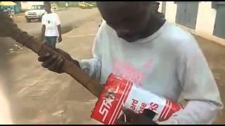 Guitarra de Lata ciega Liberiana - Musico Liberiano ciego toca su guitarra de lata al mundo.
