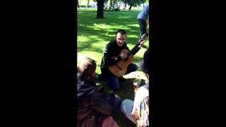 ЗАБЭ играет на гитаре