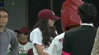 23日、韓国プロ野球のヒーローズvs斗山ベアーズで始球式をするアフター...
