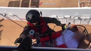 Calabria, due passeggeri si sentono male in crociera: la Guardia costiera li salva con l'elicottero