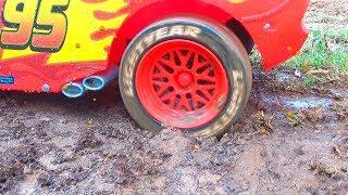 कीचड़ में फंसी लाल कार - मदद के लिए पवन गश्ती दल