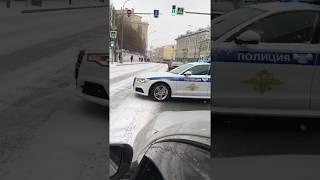 Смотреть видео Audi A6 полиция большая лубянка Москва , культура вождения , в Москве все можно онлайн